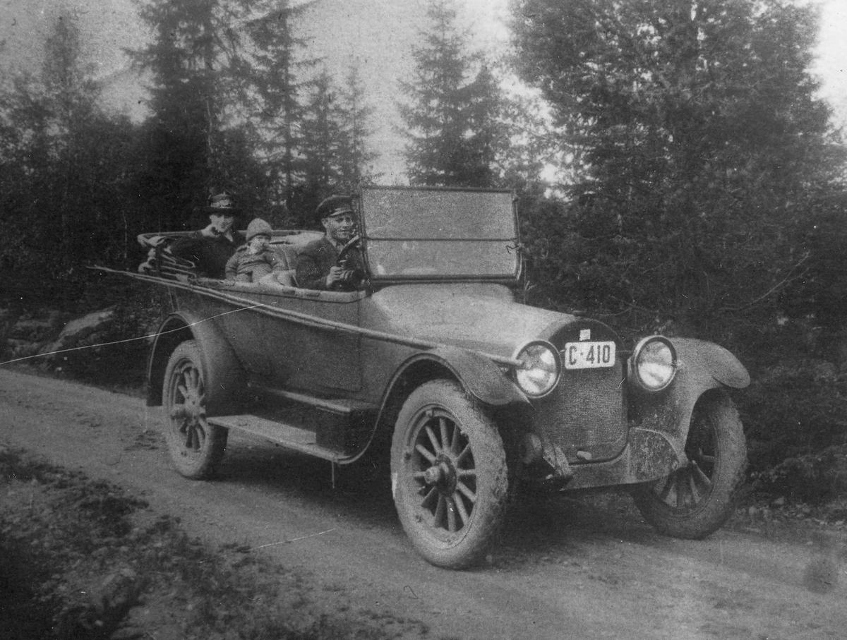 1920-30 talls bilmodell. Jens Bønsdalen står skrevet bak på bildet. Fiskestenger på siden av bilen.