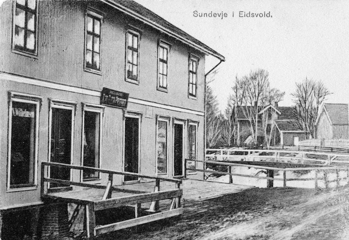 Sundevje i Eidsvoll. Sannsynligvis Lomsdalsgården til venstre. Sannsynligvis før 1920.