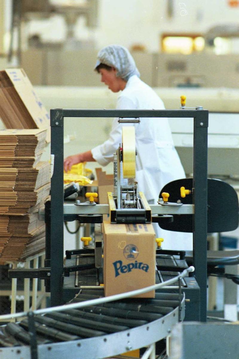 Maskin, kartong, pakking, arbeider, kvinne, arbeidstøy, arbeidsmiljø, fabrikkmiljø