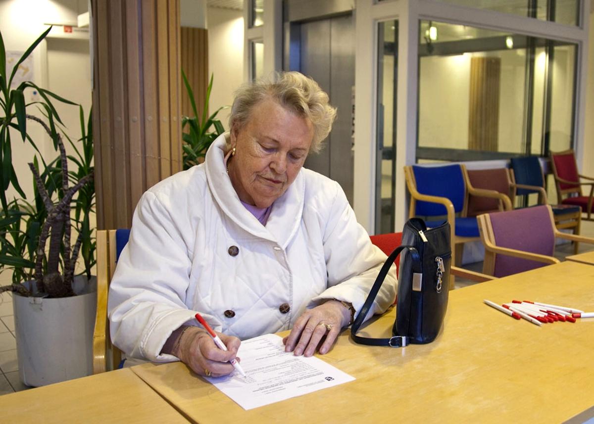 Svineinfluensa. Vaksinasjon mot svineinfluensa på Skedsmo Rådhus den 20.11.09. Foajeen  på Skedsmo Rådhus. Vaksinasjonspapirer utfylles før man går inn i vaksinasjonsområdet.
