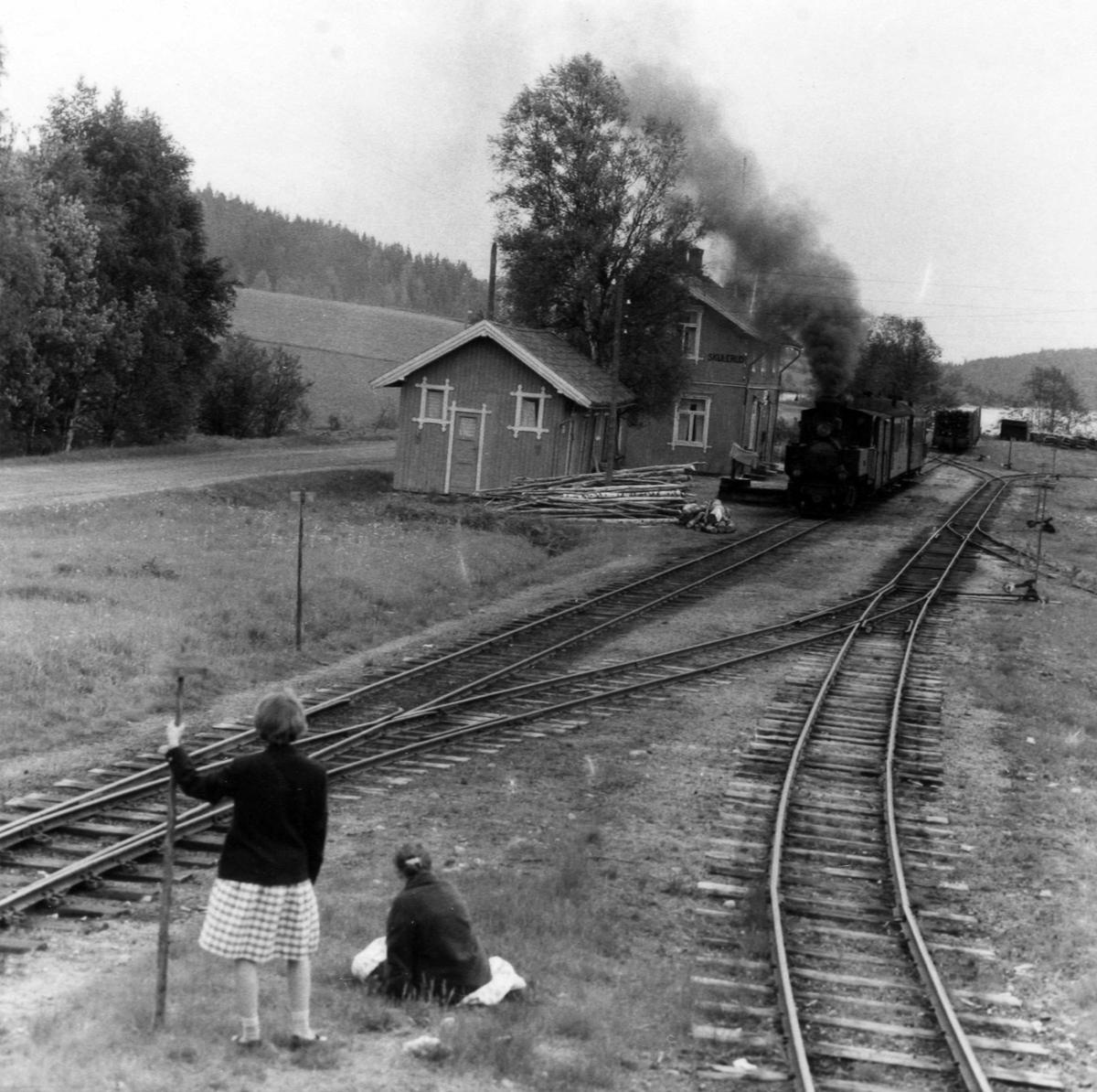 Tog 2058 til Sørumsand står klart til avgang på Skulerud stasjon.