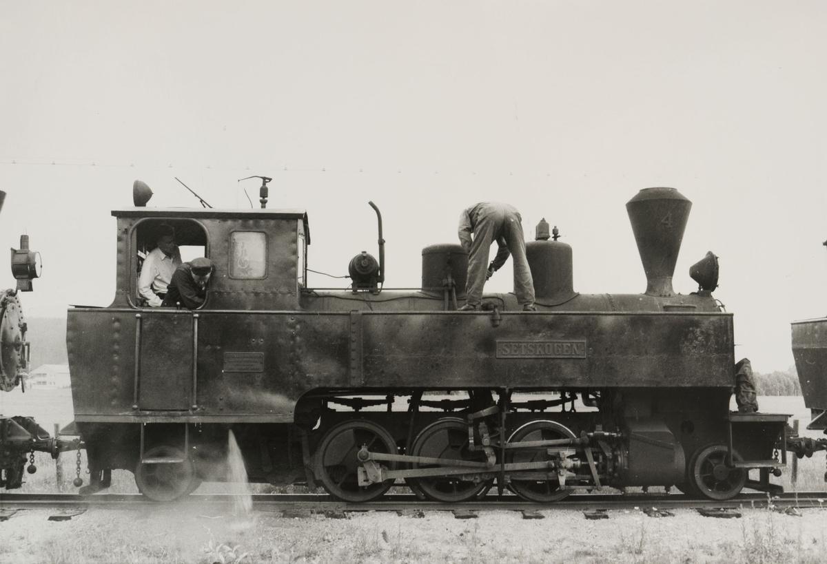 Lok  4 Setskogen. Lokomotivet er trukket ut på linjen mellom Bjørkelangen og Hornåseng for fotografering.