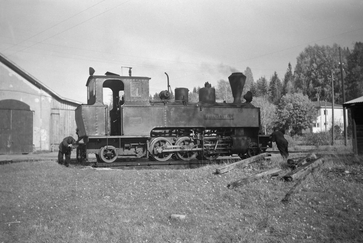 Lok 5 Bjørkelangen snus på svingskiven på Skulerud.