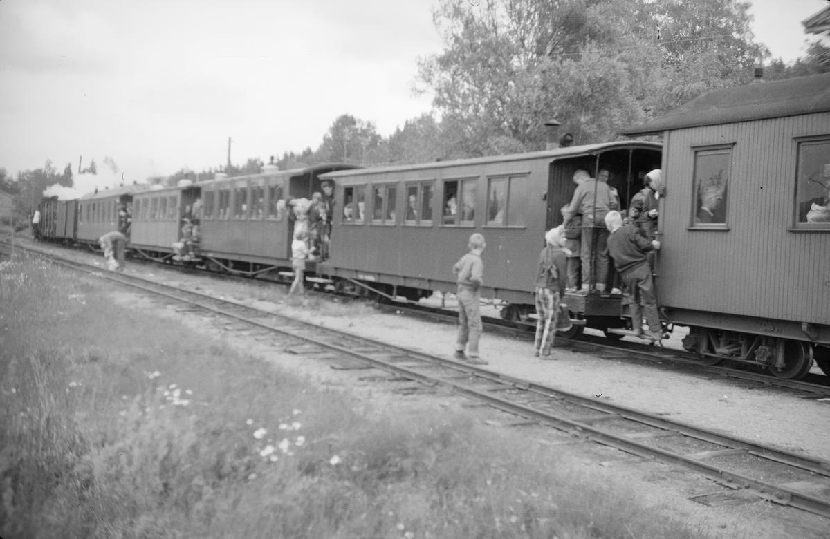 Siste ordinære tog før Aurskog-Hølandsbanens nedleggelse avventer avgang fra Skulerud.