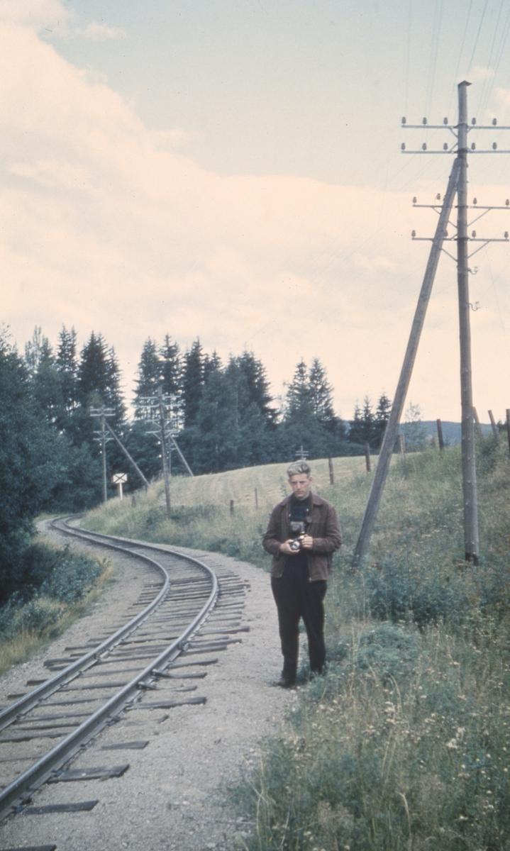 Svend Jørgensen står klar med fotoutstyret for å filme Tertitten  på vei opp Harkerudbakken.