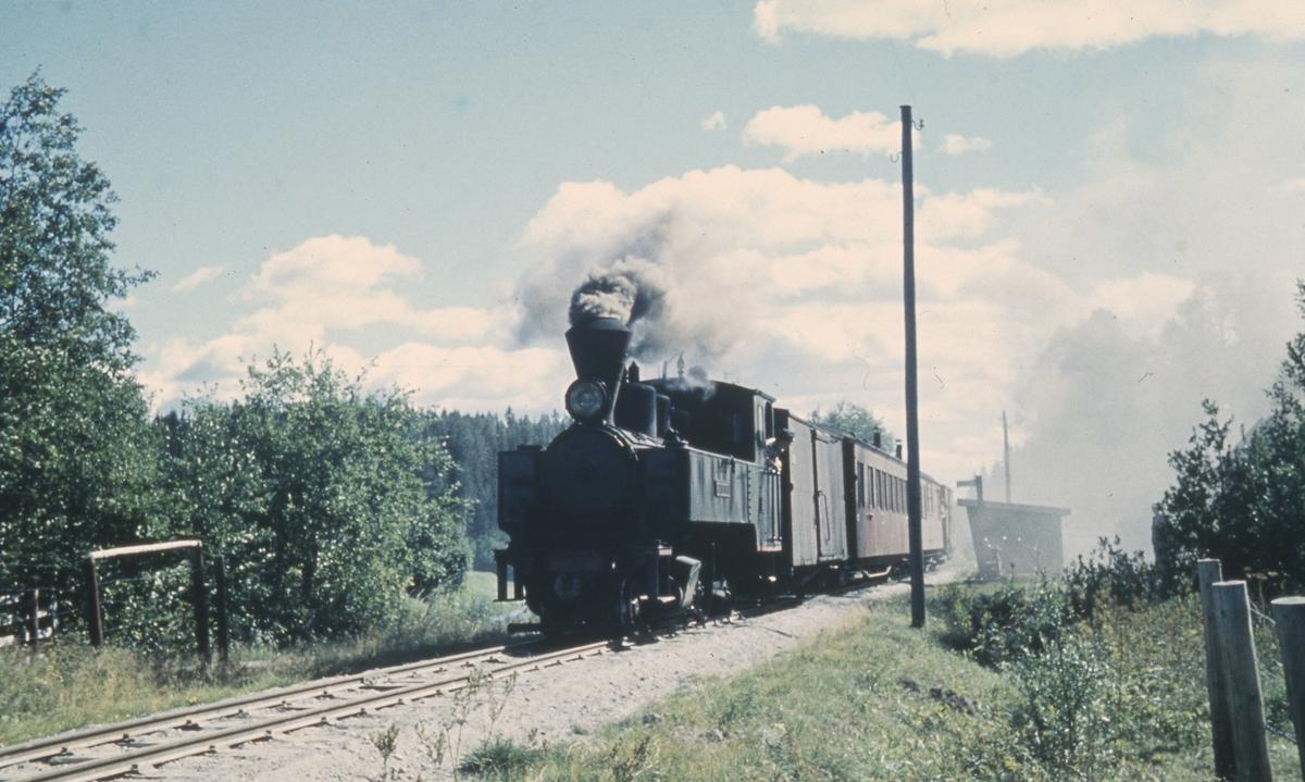 Tog 2058 til Sørumsand ved Slora holdeplass