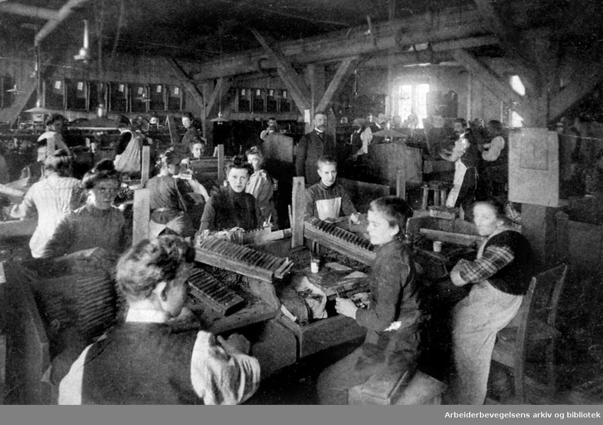 Sigarproduksjon ved en tobakkfabrikk, antakelig i Kristiania,.ca. 1900