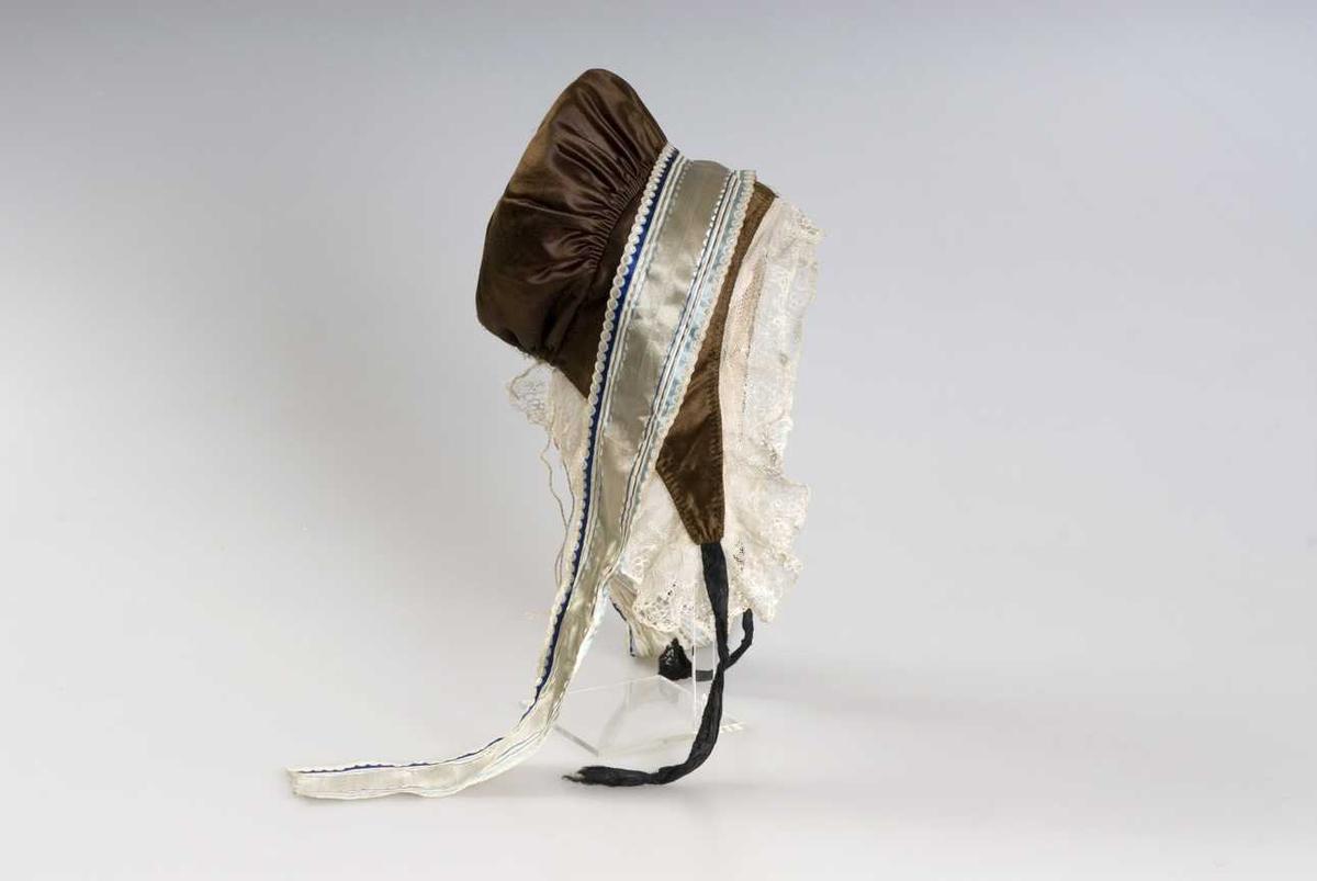 Lua er ei typisk pullue av rynkeluetypen. Den er sydd av et tilnærmet rektangulært pannestykke med skjøt midt på og formet avslutning i hver ende, og den ender i knyteband under haka. Til pannestykket er sydd en tilnærmet rund pull som er tett rynket (striperynket) på et 21 cm langt parti midt på. Pullen har rynkesnor av tvunnet lintråd trædd i løpegang i nakken. Pannestykket er laget ved å brette sømmon på fôr og hovedstoff mot hverandre, rette mot rette, og sydd ned med prikke-/faldesting som synes som en stikning på retta. 0, 5 cm inn fra ytterkanten er en prikkestikning. Pullens bakkant er sydd på samme vis, men med stikningen 1 cm inn fra kanten, og slik dannes løpegangen. Pullens framkant er først rynket i det nevnte partiet, pull og pannestykke er lagt rette mot rette og så sydd sammen med kastesting. Blondener tråklet fast til lua. Den ligger i jevne, flate folder langs pannestykkets nederkanter, svinger rundt spissen med knytebanda og fortsetter med tre flate folder nederst langs pannestykkets framkant. Derfra er blonden glatt tilsydd pannestykkets framkant. Blonden er stivet. Knyttebanda er sydd til pannestykket ved spissene ytterst i nederkantene. Dekorbandet er festet med to små nest midt på pannestykket.