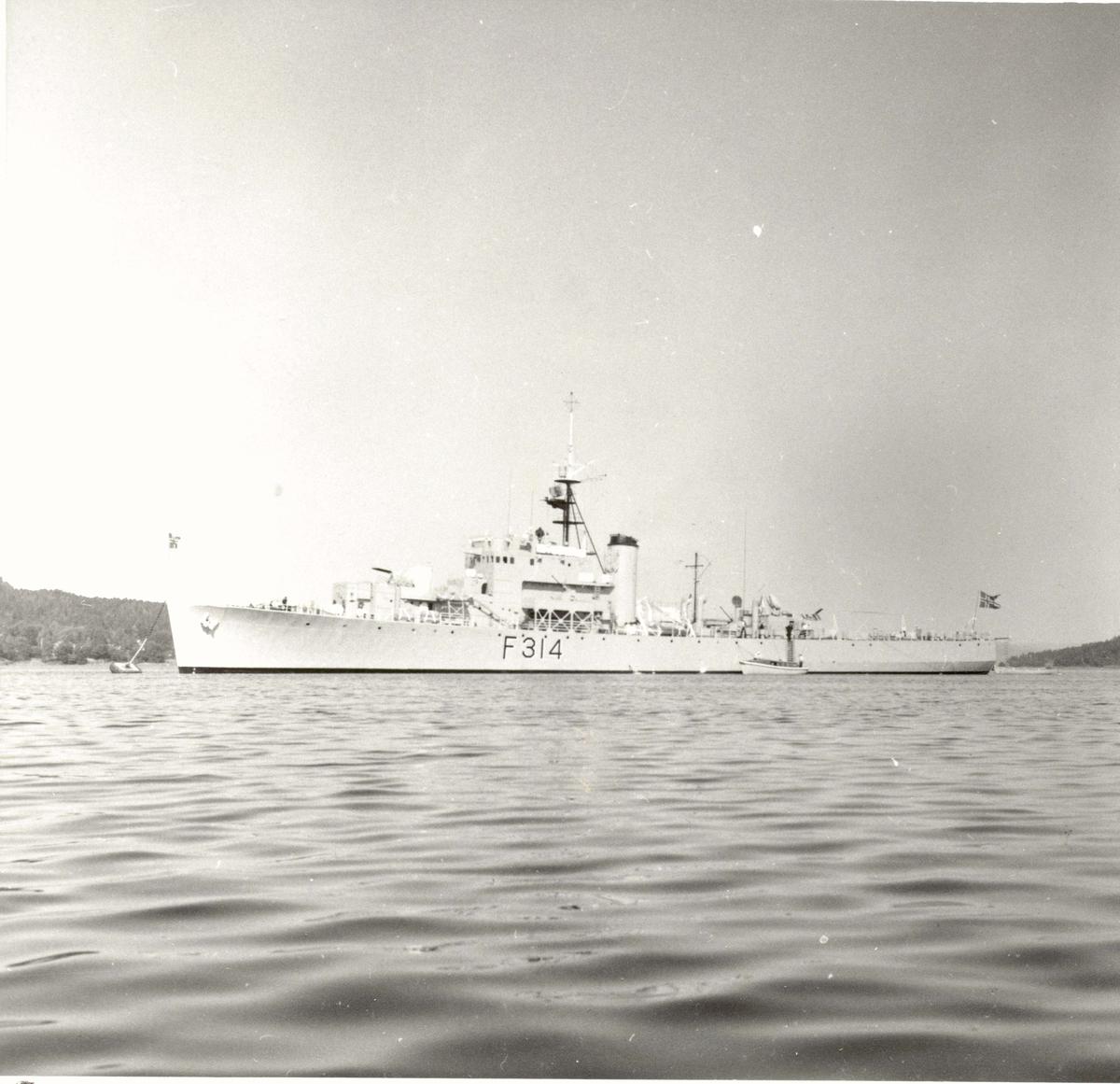 "Motiv: River klasse fregatt KNM ""Troll"" (F314)Babord bredside"