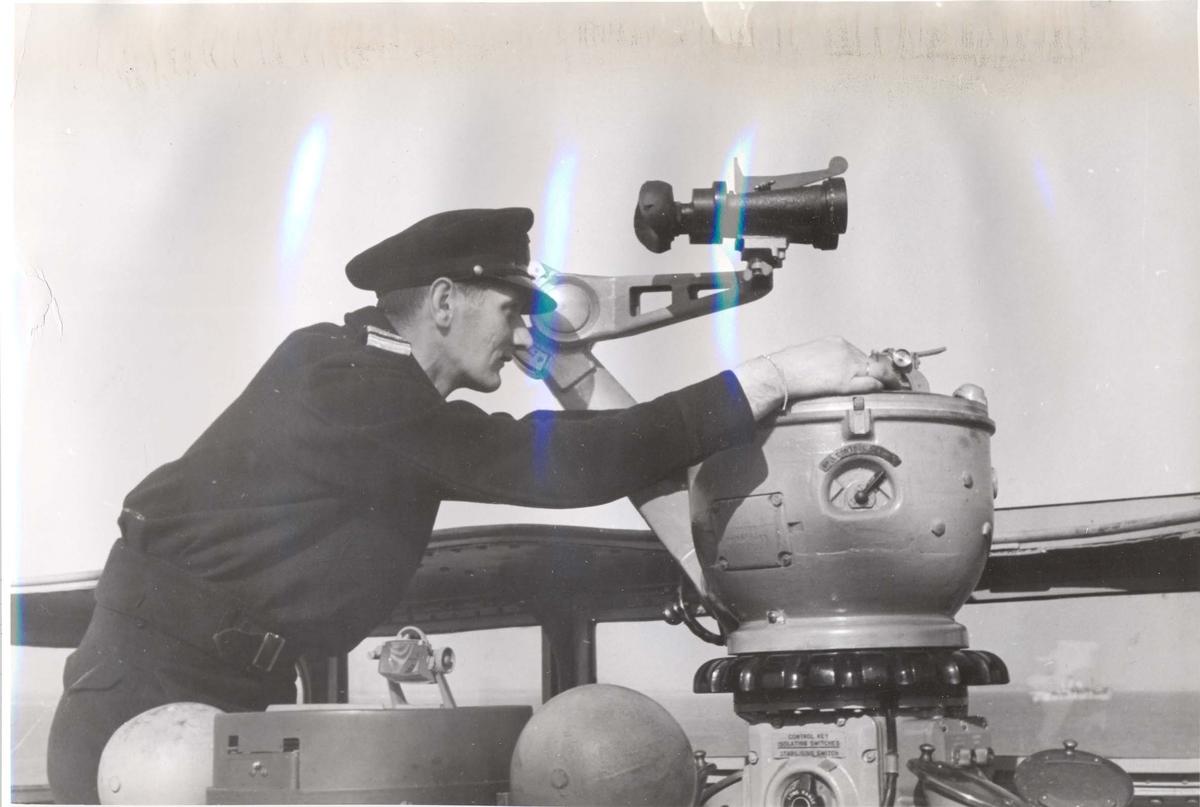 """Jageren """"Stord"""" blir overtatt av Den Norske Marine, 26.august 1943. Bildet er tatt under prøveturen, og en offiser prøver navigasjonsutstyret."""