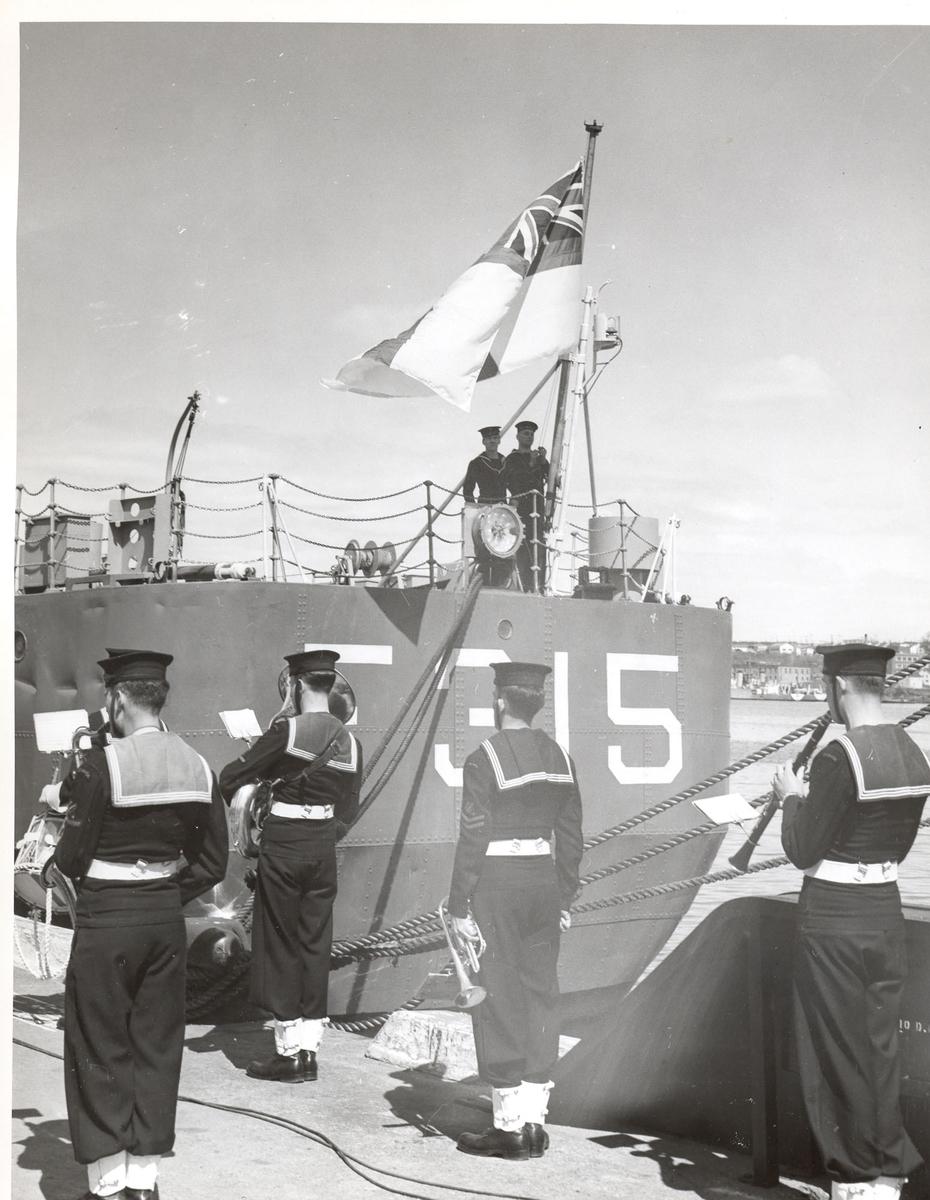 """Overtakelsen av River-kl.fregatt KNM """"Draug"""" 1956 - ex. HMCS Pentang."""