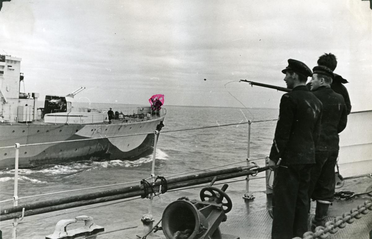 """Album Glaisdale H.Nor.M.S. """"Glaisdale"""". Fotograf: Ltn. Holter. Møte i Atlanterhavet mellom to Norske destroyere """"Glaisdale"""" og """"Eskdale""""."""