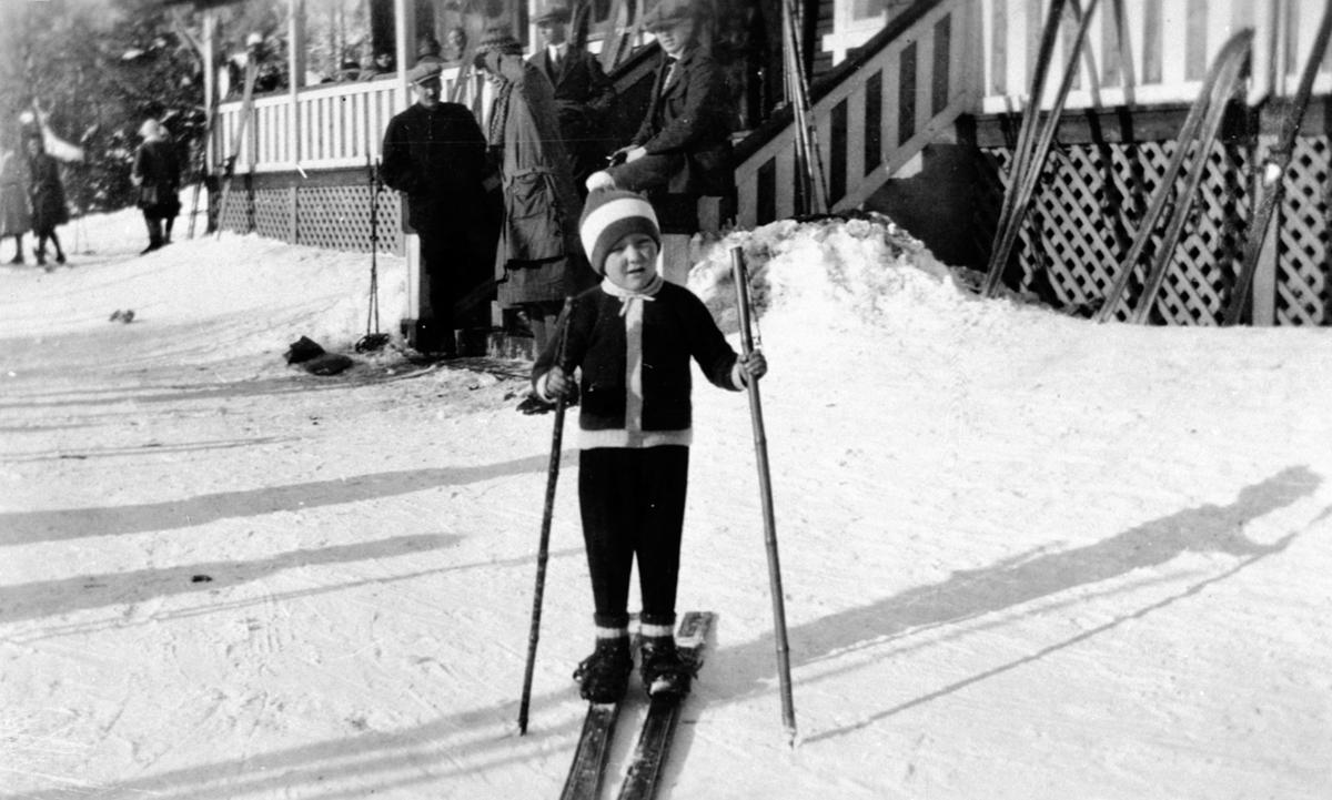Finn Haave iført H.I.L. genser på ski ved skistua på Alu gård, Furnes.
