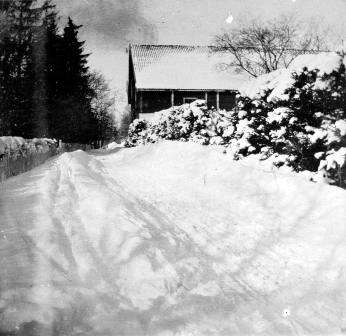 Låven på Hovelsrud, Helgøya. Vinter med mye snø. Skispor.