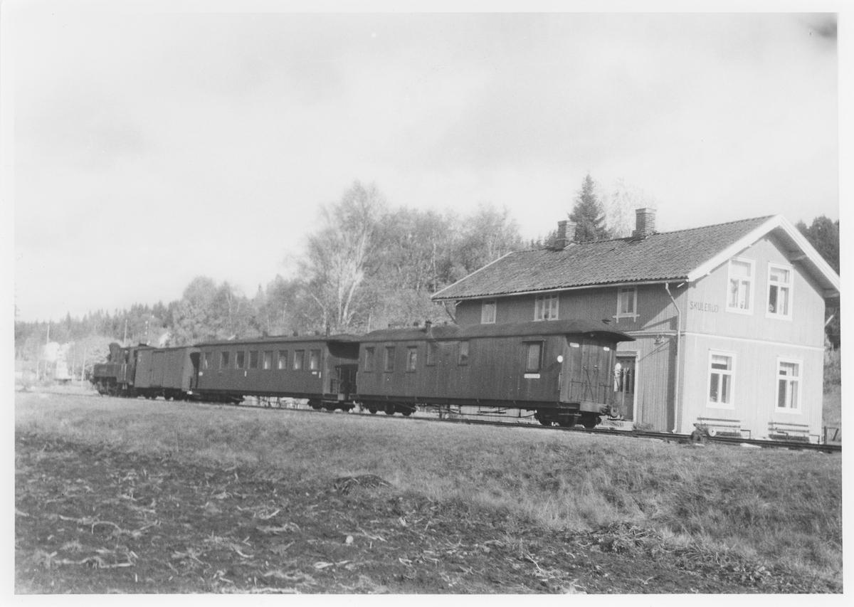 Lok 5 Bjørkelangen står klart til avgang retning Sørumsand på Skulerud stasjon.