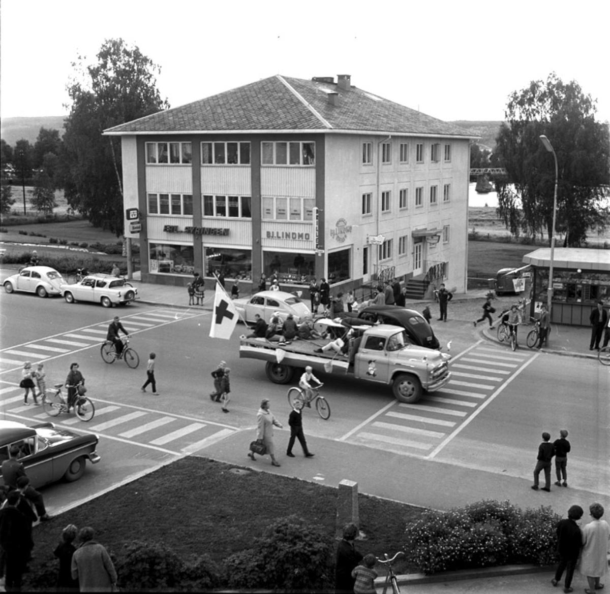Røde Kors opptog i Leiret.Lastebilen er en Chevrolet årsmodell 1955-56.