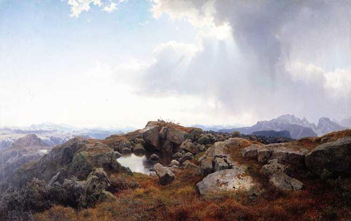 Midt i forgrunnen en liten dam. på toppen reinsdyrflokk.  I bakgrunnen snøkledte fjelltopper, over høyre del av  himmelen en stor skypumpe. Horisonten omtrent midt i bildet.