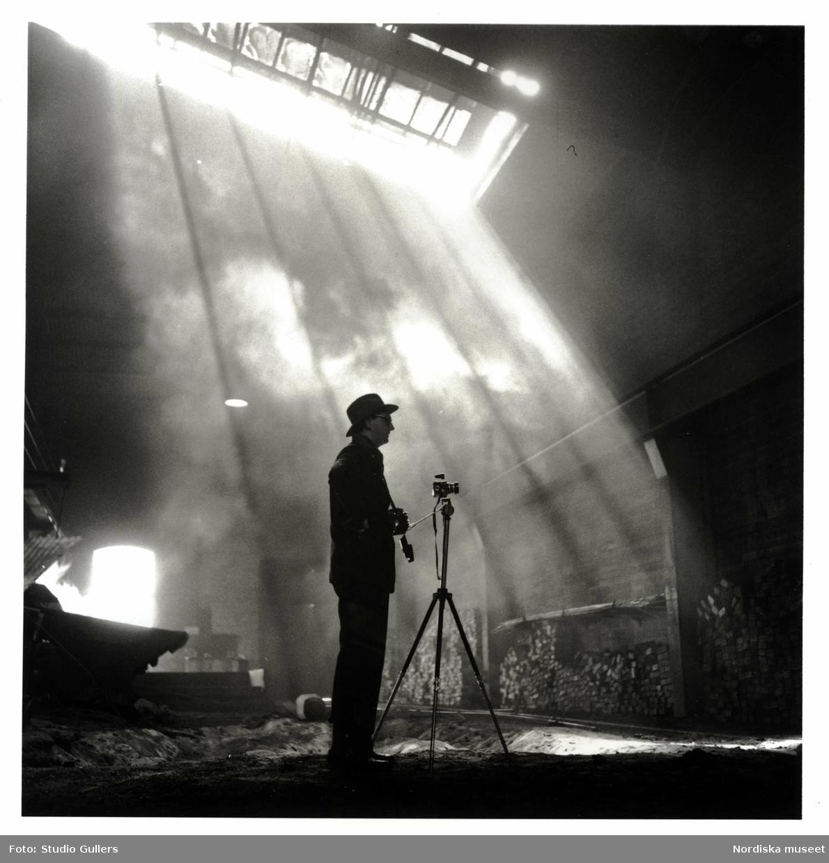 KW Gullers under ett industrifotograferingsuppdrag.