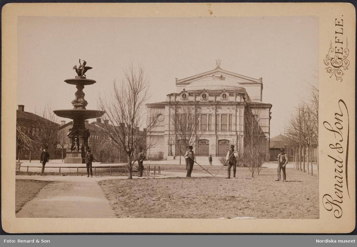 Gävle teater, ritad av Axel Fredrik Nyström som inspirerats av Parisoperan med samma grundelement i arkitekturen. Trädgårdsarbetare i förgrunden.