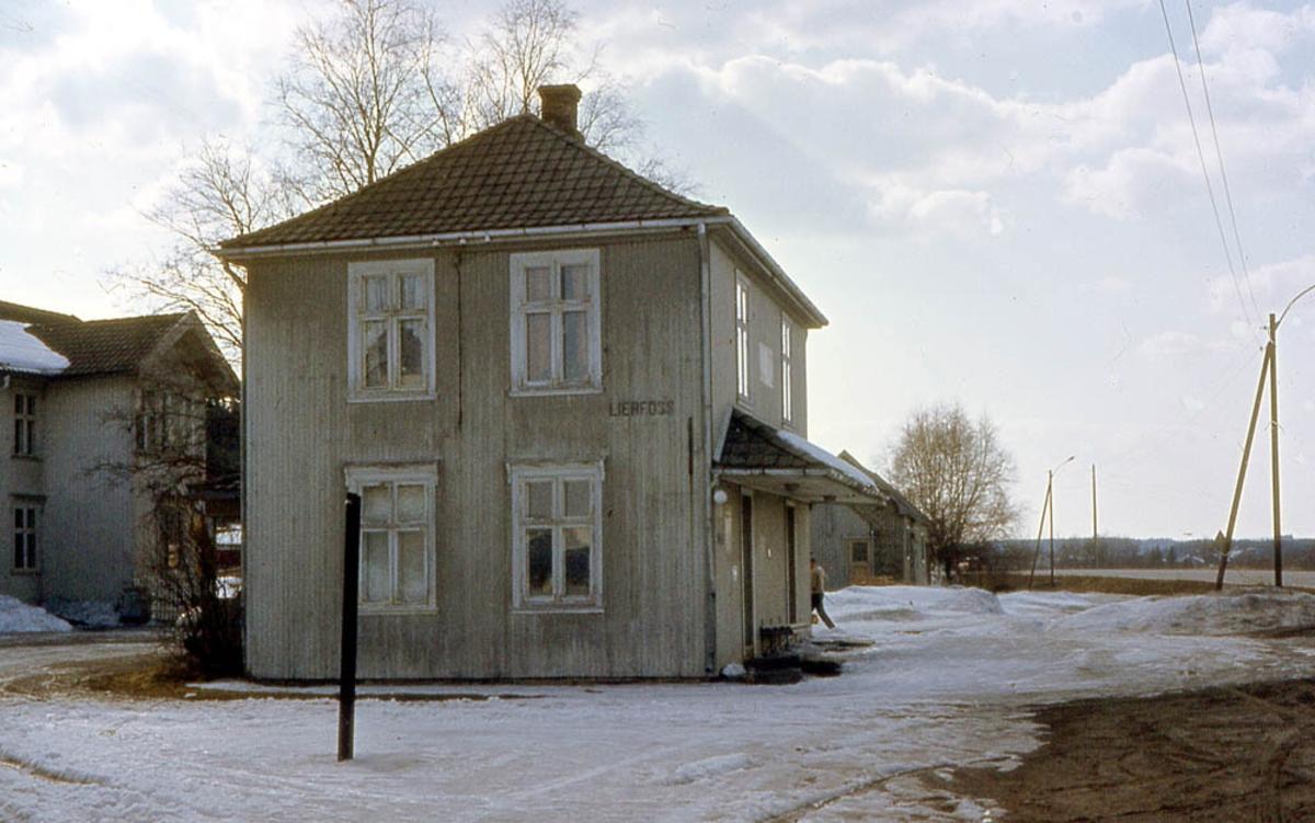 Ved Lierfoss stasjon 10 år etter nedleggelsen.