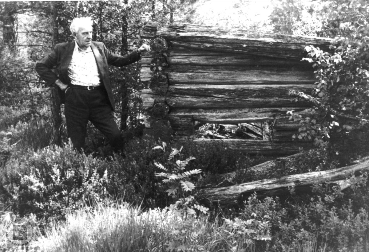 Knut Hefteli ved gammelt bygg, Bjelland.