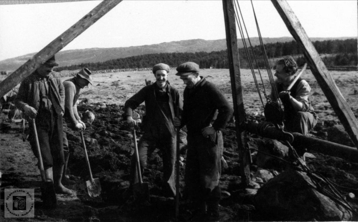 """Steinbrotsarbeid med """"steinbukk"""" på Jæren. Torkjell Bruskeland i midten."""