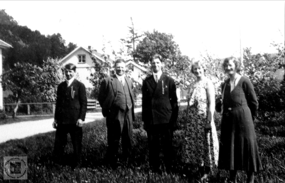 Familiegruppe. Berte og Anve Øyslebø med barna Nils, Olav og Solveig.