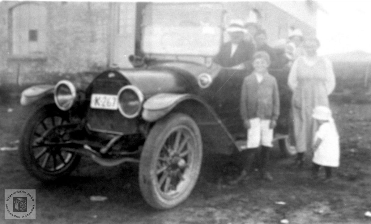 Familiegruppe ved bilen K-267. Bilen er en 1914 Overland.