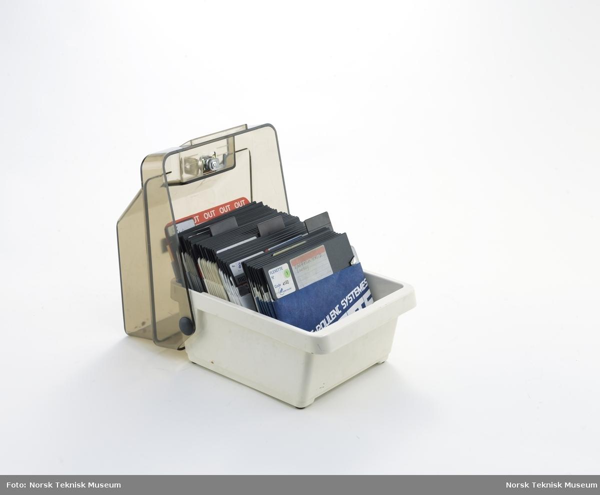 3M diskettboks med 33 floppydisketter, etiketter til floppydisketter og nøkkel til å låse boksen.