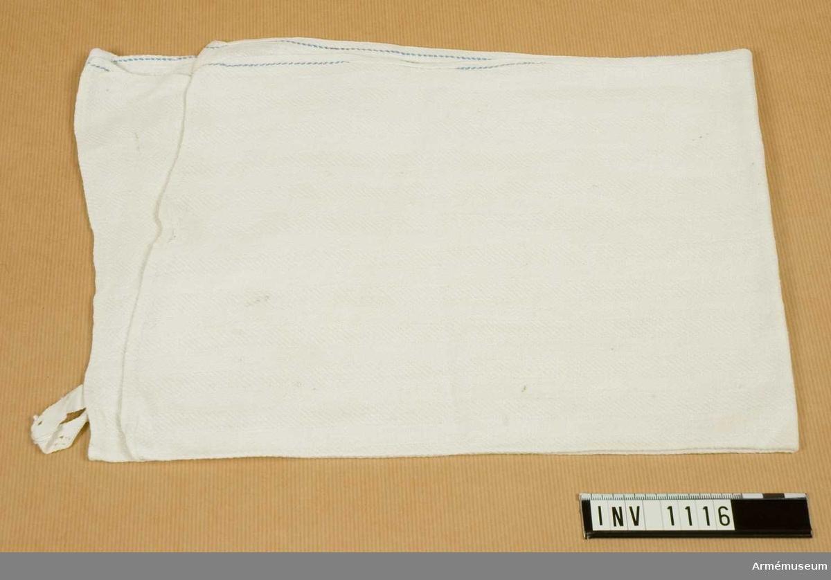 Samhörande nr är 1074-1129.Handduk, köks-, av linne.1939. Vävd i kypertteknik. Vit med två blå varptrådar straxt innaför stadkanten. Maskinfållade kanter. Hängare av vitt band i övre fållen. Handuken är tvättad. Har tillhört mob.utrustning.