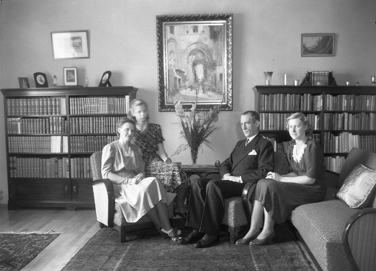 """Text som medföljde bilden: """"1944. 22. Familjen V. Lundberg C., D., f. dubletter.""""  Tjänsteman vid Munkedals AB. Valter Lindeberg. Yngsta dottern Barbro, Äldsta dottern Kerstin och hustrun Gulli. """"Notera efternamnet Lindeberg""""."""