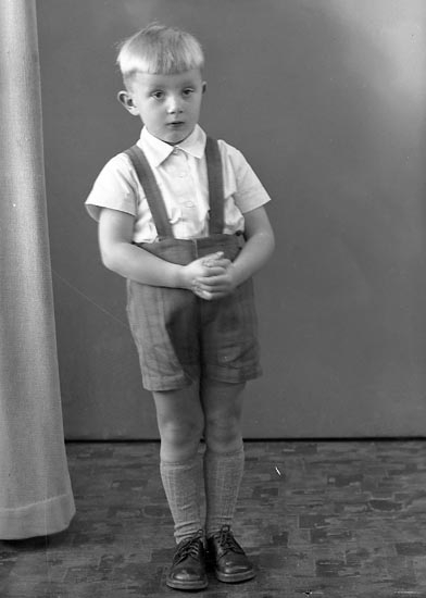 """Enligt fotografens journal nr 8 1951-1957: """"Wallström, Lars Ödsmål""""."""