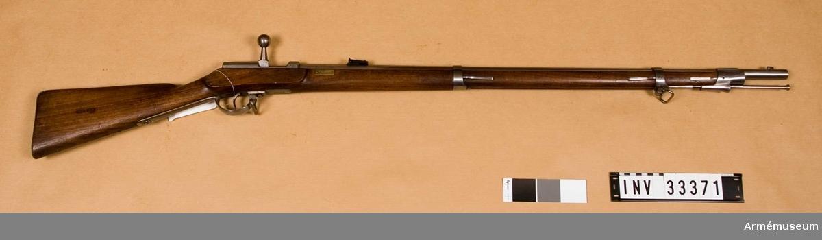 Grupp E II Kal 15. På stockens finns en mässingsbricka som kan vara Zeughaus inventarienummer 05.300. Enligt samtida uppgifter skulle vapnet vara ett österrikiskt slaglåsgevär m/1854, som ändrats till tändnålsvapen och som varit i bruk 1869-1871. På bakplåten märkt: 5 G. GB. 1 C. 154. På kammarstycket märkt: Herzberg a/K. tillverkningsnummer: 339. Tillverkat 1868, dvs. omändrat 1868. Läskstång av järn.