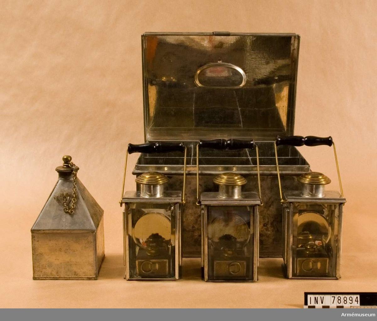 Grupp: I: IV.  Lådan är av bleckplåt och innehåller, förutom tre handlyktor, ett tillhörande oljekärl.