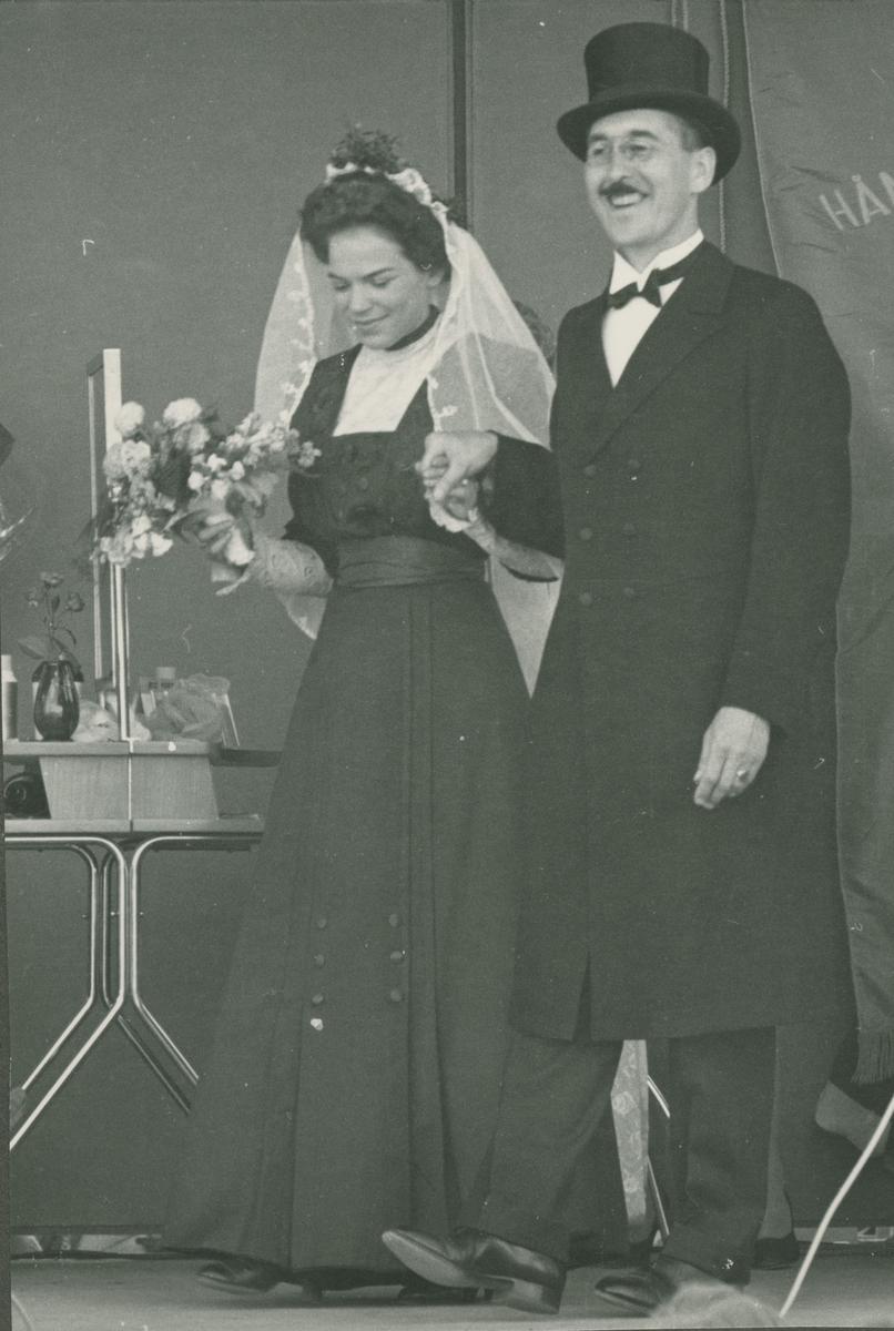 Mann og dame utkledd som brudepar og klare for Paradetog i forbindelse med feiringen av Lillestrøms 50-års dag som egen kommune.