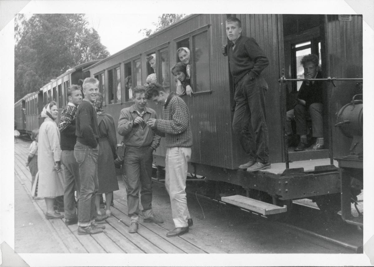 Mange fremmøtte på Sørumsand stasjon til siste ordinære avgang på Urskog-Hølandsbanen.