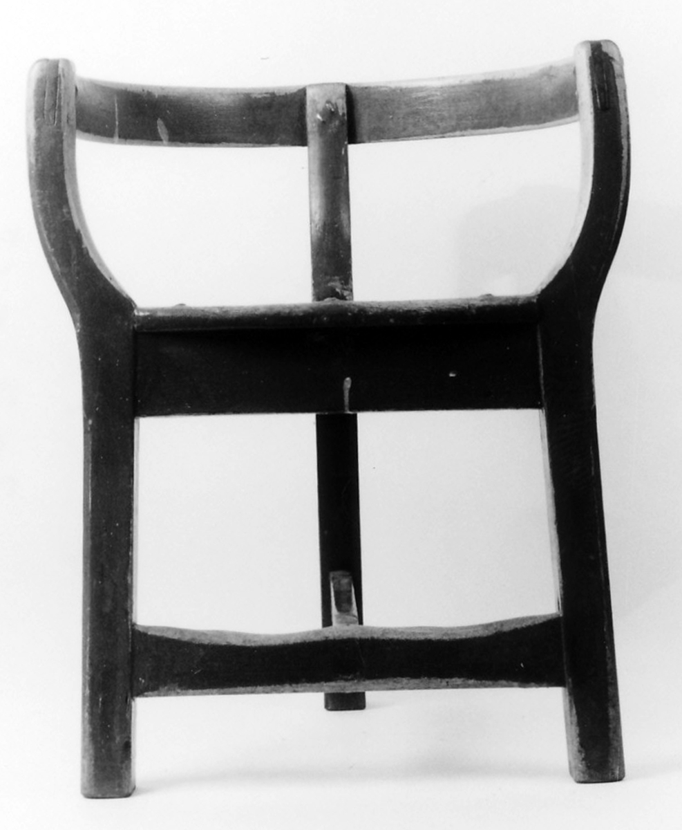 3 ben, 2 forbindingstrær, sete halvsirkelf.,  karm m. 3 støtter