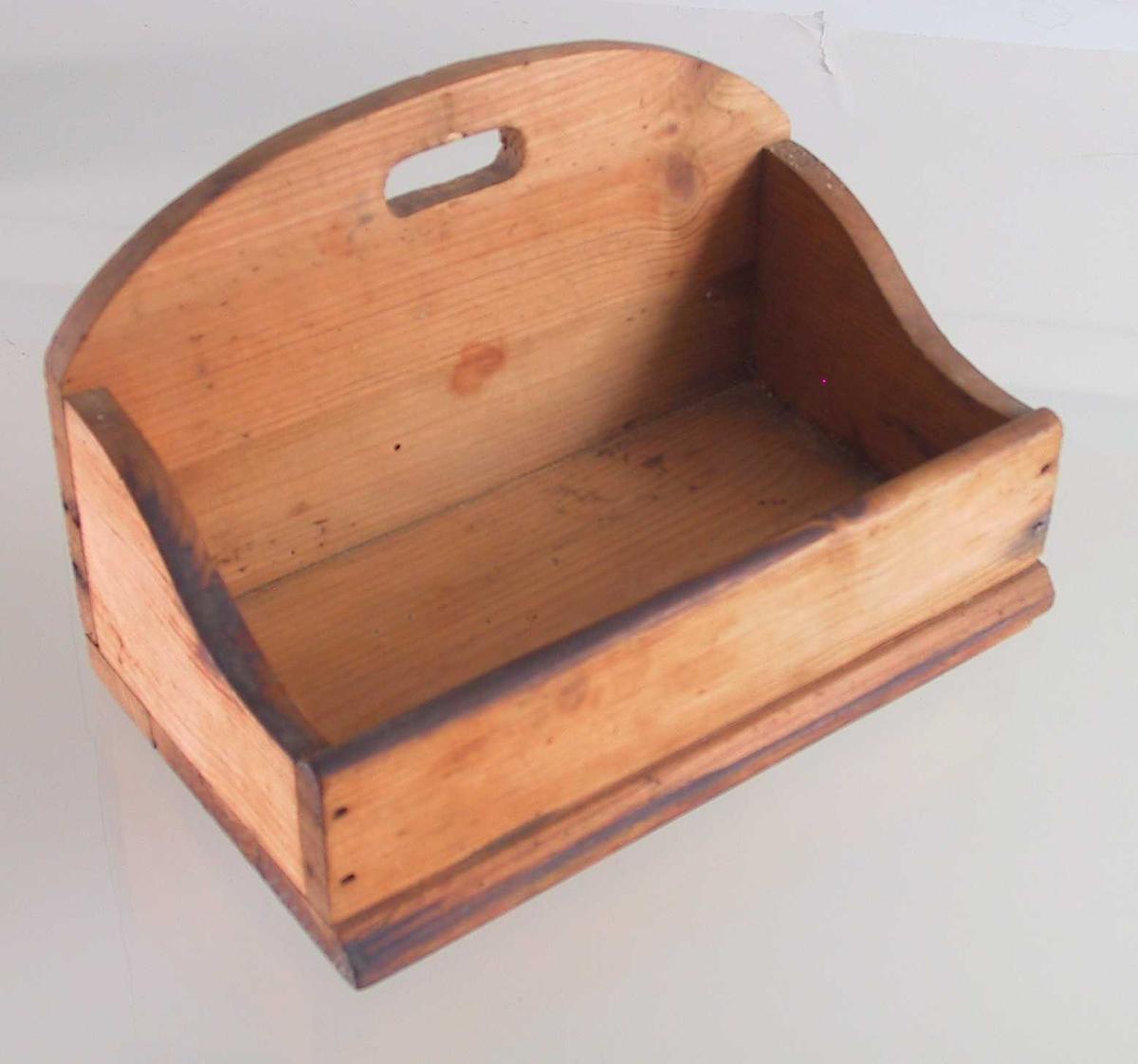 Kasse,  kjøkkenbruk.  Furu umalt.  Rektangulær kasse med buete sider og forhøyd rygg med et ovalt hull for opphengning. Tilstand: god.