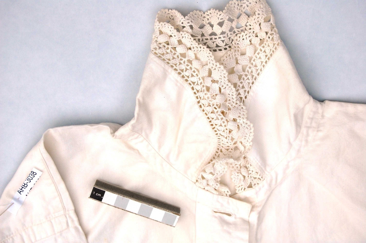 Nattskjorte i bomull med blondekanter.