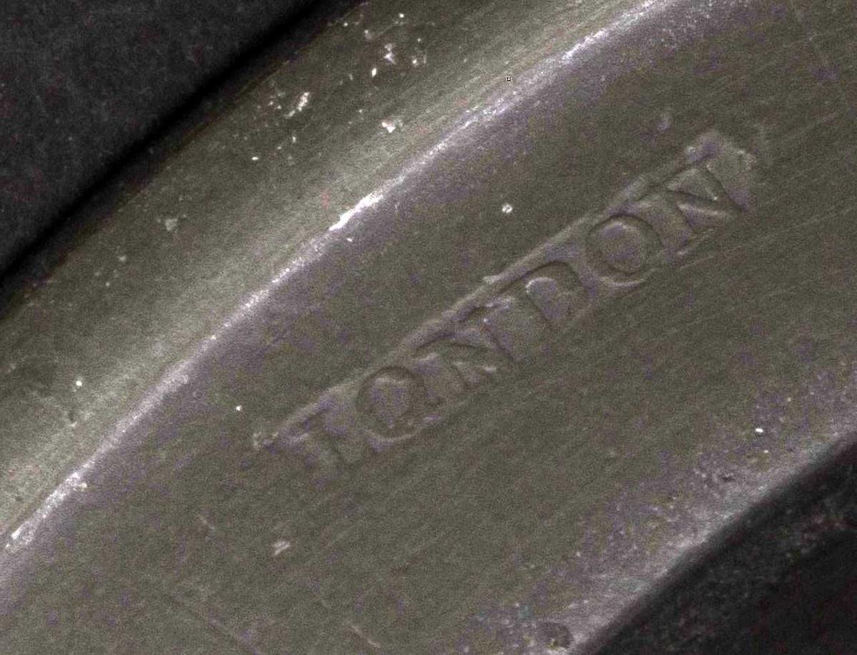 Tinntallerkener,  dype. Med monogram  JLS. Stemplet bak i kanten:  LONDON og to engelst.  Bush & Perkins (st. på noen av tallerknene) . Noen er st. med et stort X og 8 tall.  På denne flate brem speilmonogram  JLS = Jacob Larssøn. Tilstand: baksidene er mørke, b) og n) ser ut til å ha begyn. pest.