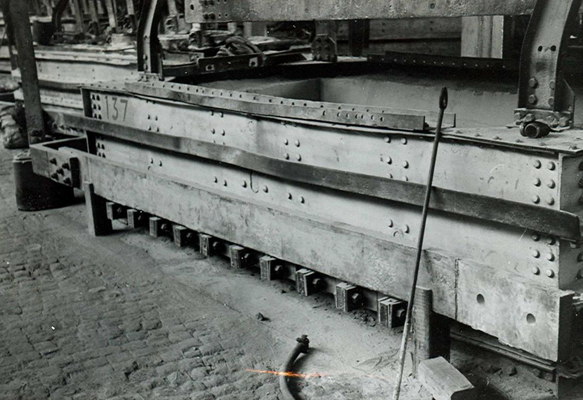 Nitriden. Jernkonstruksjon for smelteovn for aluminium i ovnshus.