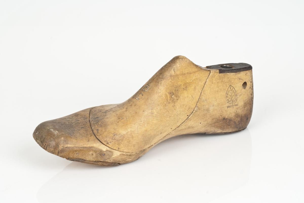 Tremodell i to deler; lest og overlest. Høyrefot. Ingen markering av skostørrelse.