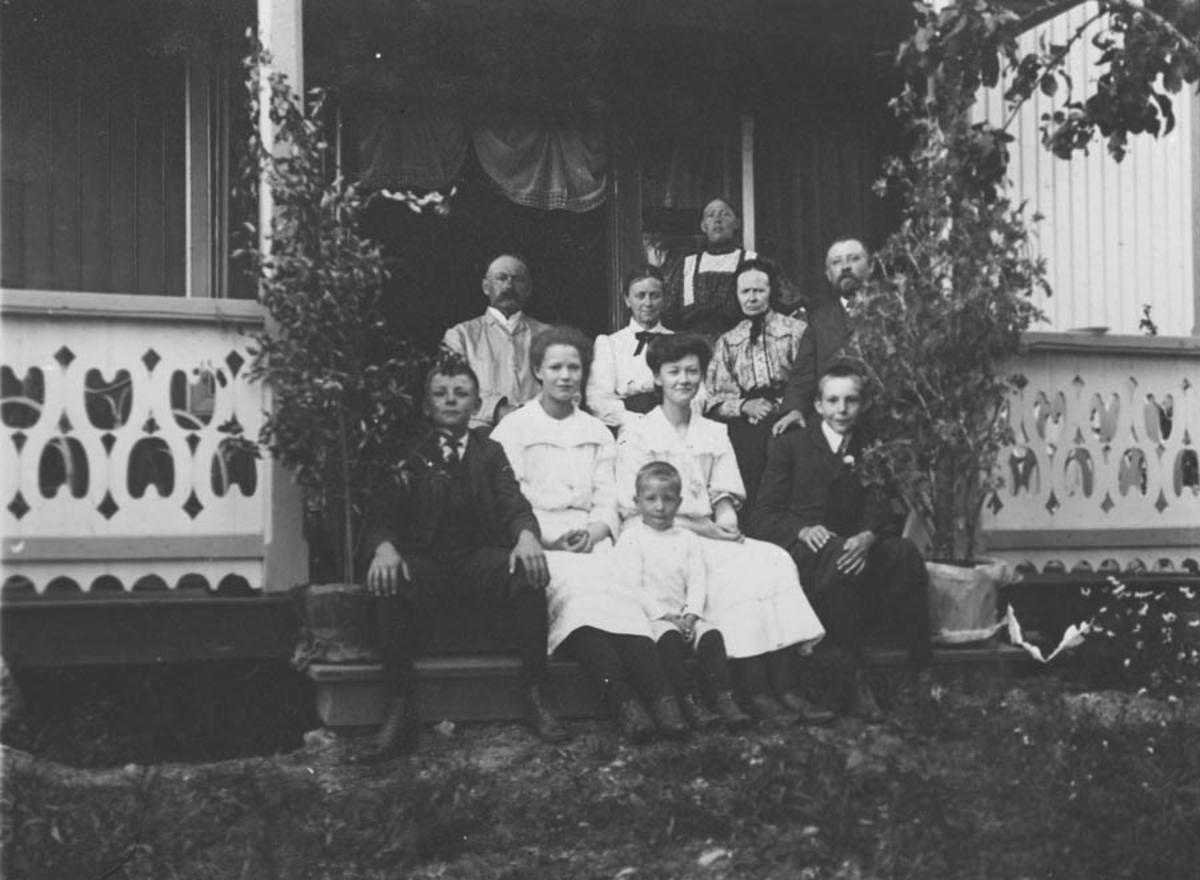 Familien Ola Schie på Ellingsrud gård.