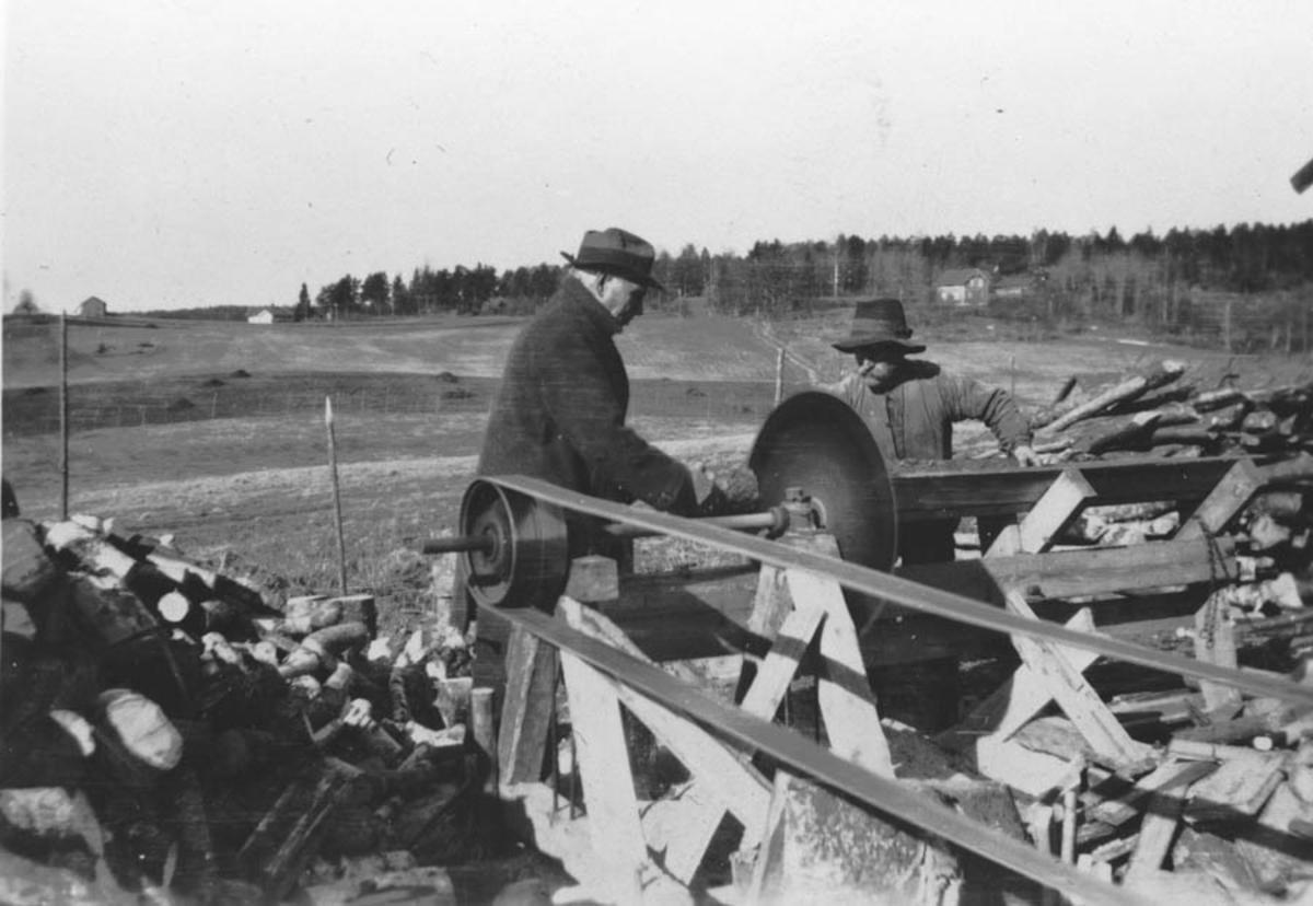 Gårdbruker Fredrik Sundby og Kristian Hansen med kappsaga