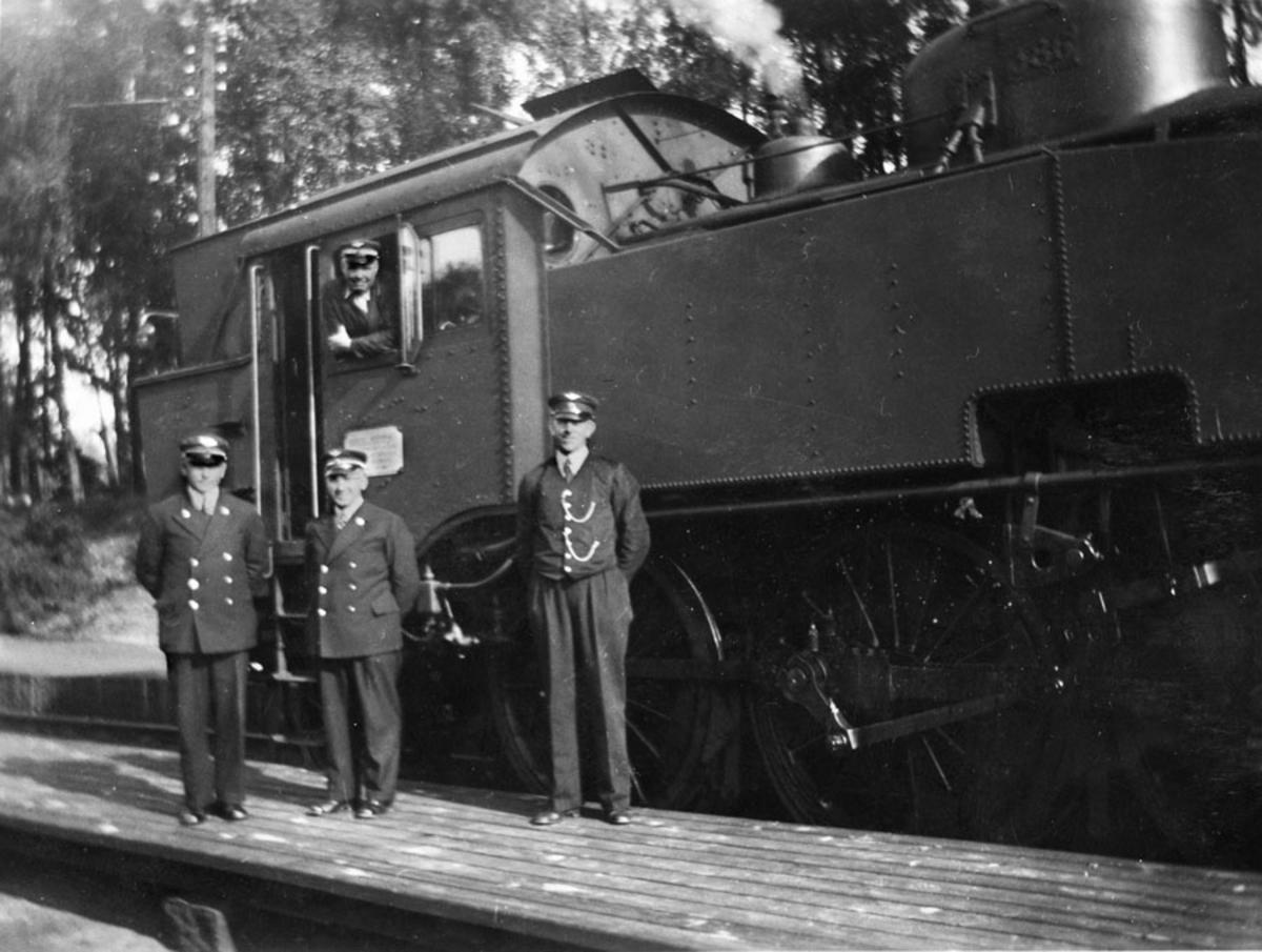 Damplokomotiv og togpersonell ved Ski jernbanestasjon 1938.