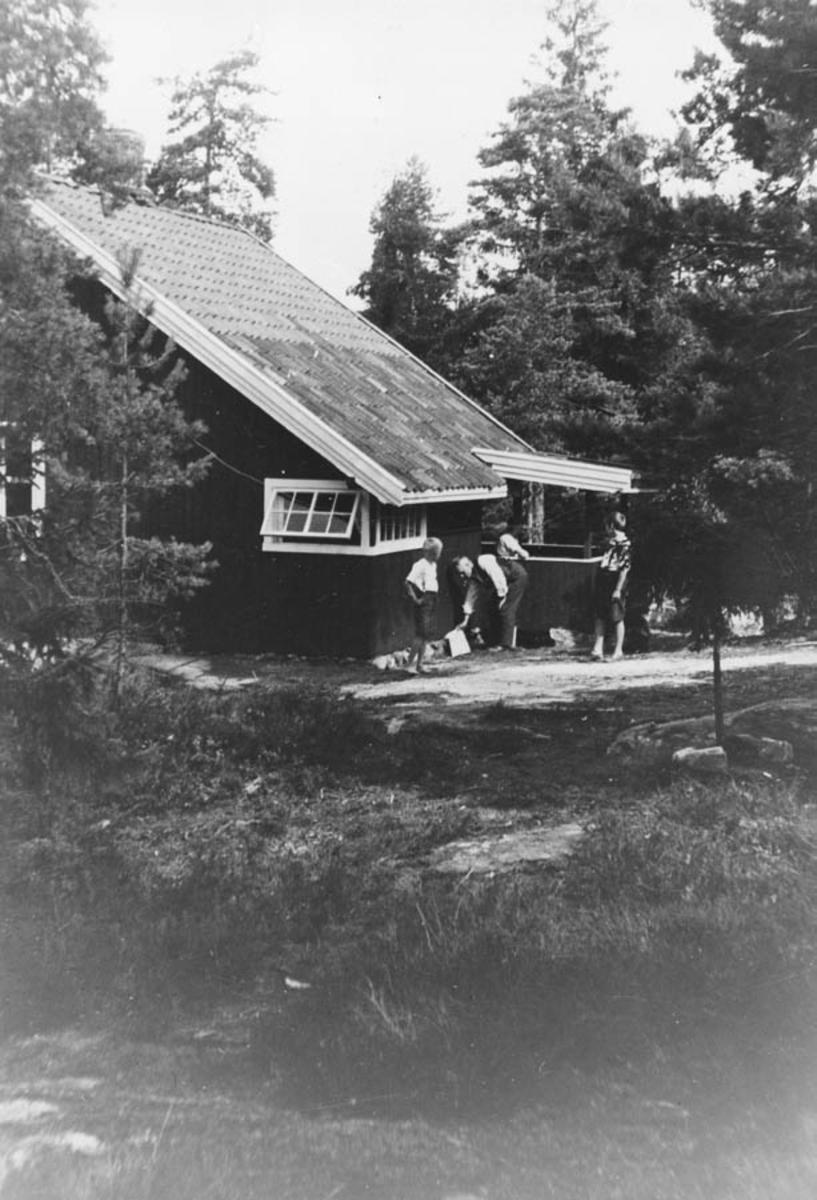 Feriestedet til fam. Lindeman fra 1924. Fam. Agdestein. Peter Lindeman tar i mot fra v. ukjent og Marie Loise Lindeman (svigerdatter).