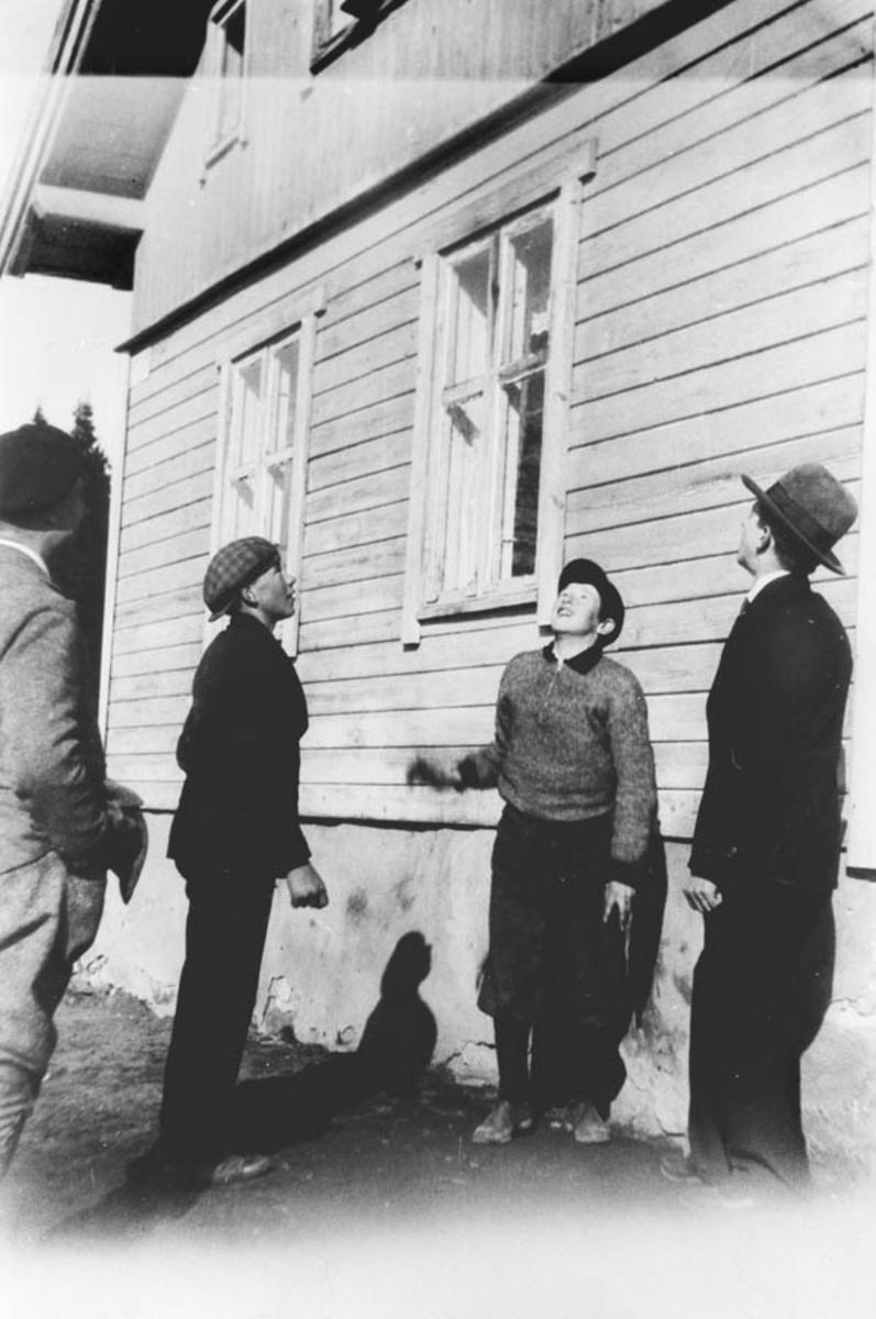 """""""Kaste på stikka"""" """"blir det kron eller mynt"""".  Personene på bildet er fra v. Trygve Lindeman, Johan Nocolaysen og Harald å Henry Kvakkestad"""