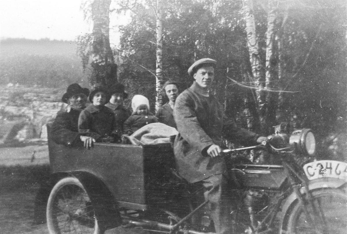 Familien Eriksen på motorsykkel.