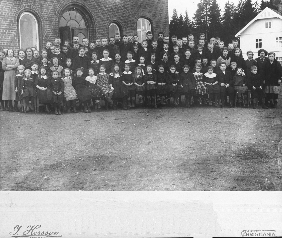 Samtlige elever på den nybygde Aas skole på Aasgård.