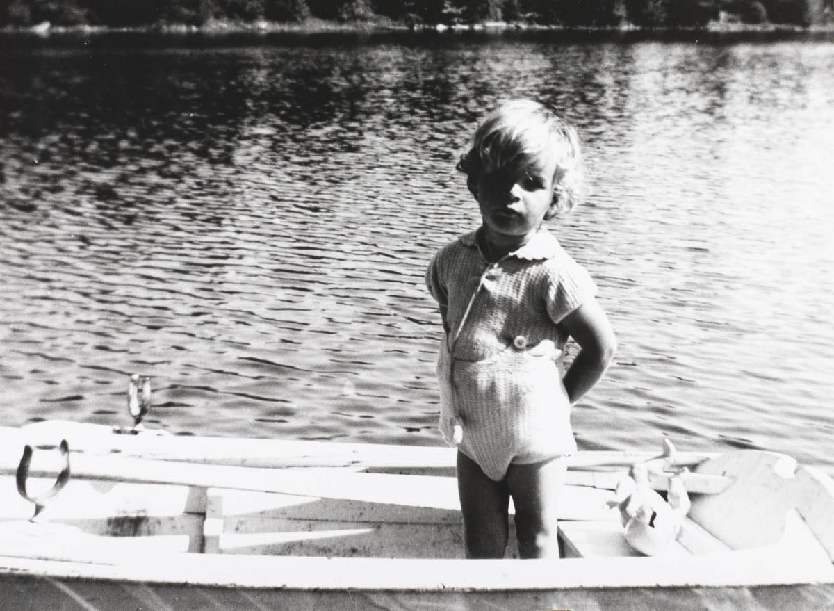Liten gutt, sjø, båt